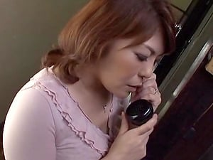 Curvy Japanese cougar gets her cunt fingerblasted while talking on the phone