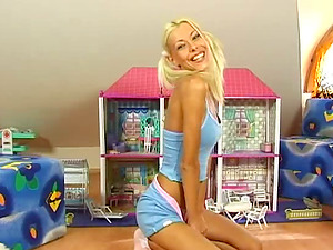 Niki Towheaded plays with her cootchie and dolls in solo clip