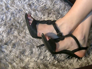 Foot worship in high high-heeled shoes for a stunning Italian honey