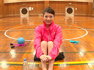 Sporty Asian gymnast spreads her gams broad for a stiff cumshooter hard-core