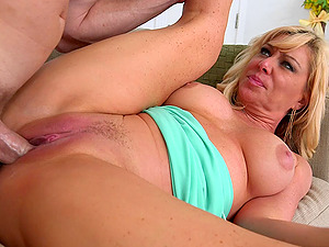 Seducing a married blonde Cougar and screwing her hairless cootchie