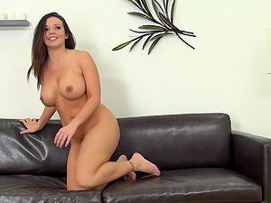 Coed broadcasts herself on her webcam experimenting with her fucktoy