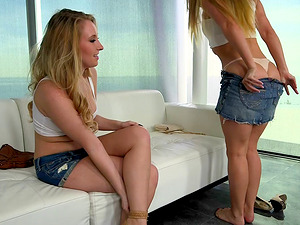 Sweet blondes with nice tits and hot culos munch labia