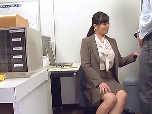 Assistant impatiently blows a coworker and takes a hot facial cumshot