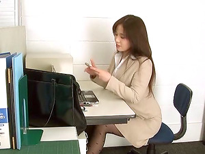 Assistant in ripped pantyhose takes a break to fuck