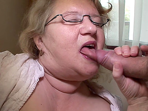 Tempting shoot of matured BBW granny frigging her vagina