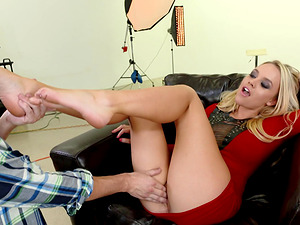 Alexis Monroe is a real cutie who can please the guys with her feet!