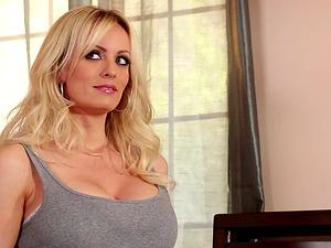 Tattooed blonde housewife luving vagina slurping indoors