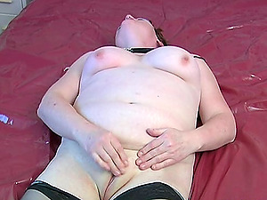 Mature Elsbeth masturbates with her favortie bang-out fucktoy