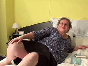 Elderly chick Gonny wants to explore her wide open vagina