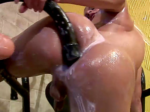 Oiled big booty shemale drilling her buttfuck using massive object