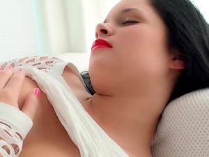 Chick with bright red lipstick makes her pussy pulsate