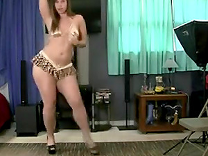Hot girl does a hot booty shake dance on live cam