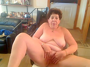Sexy amateur mature finger fucks her snatch