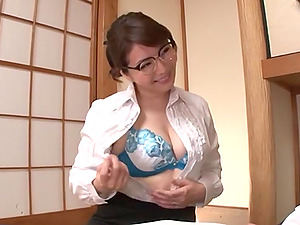 Japanese brunette MILF wit glasses Ono Sachiko gives a great tit job