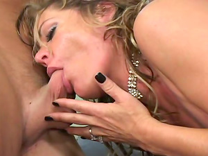 This cougar is fucking doggystyle and she is also sucking a real good dick, woman has got some abilities