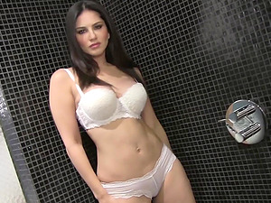 Superb Sunny Leone fumbles her beaver lips in a bathroom