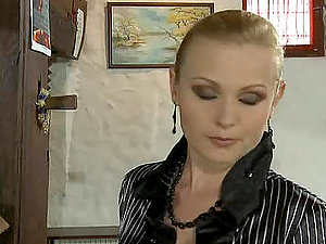 A blonde mummy tempts a waiter in the restaurant and corrupts him