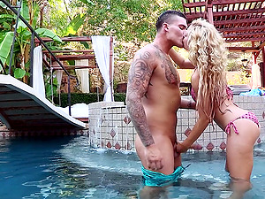 Slender blonde Cherie Deville permits Clover bang her cunt in a pool