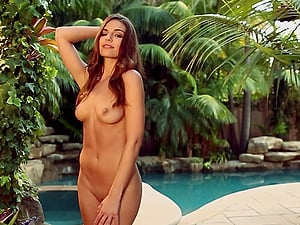 Gorgeous Curvy Honey Showcasing Her Hot Culo In The Pool