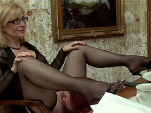 Girly-girl cougar with glasses luving a gonzo gang-fuck