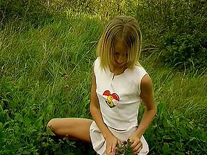 Pleated miniskirt teenage glides a fucktoy into her labia in the grass