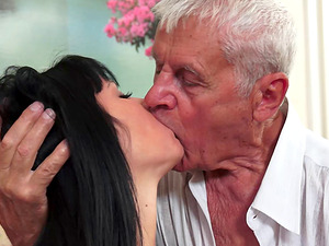 Very old fellow somehow manages to bang a very hot nubile chick
