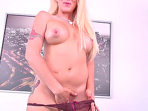 Porn industry star Alana Evans sizzles in a live gonzo hook-up display