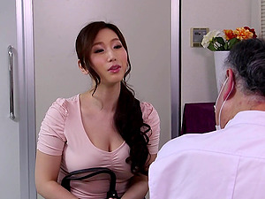 Rubdown therapist oils up the Asian mummy and fucks her