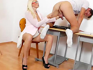 Experty handjob from a big-boobed mummy in nerdy glasses