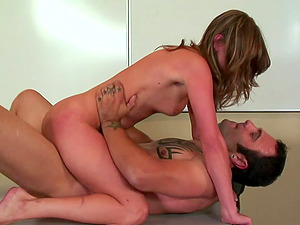 Spanking her donk and pulling her hair while fucking her makes her jizz