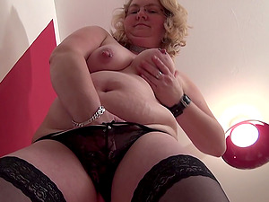 Chunky mature lezzies works her slot with her magic wand
