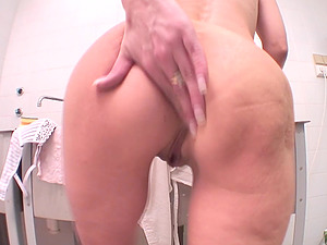 Enticing cougar loves banging her cootchie with a big fuck stick
