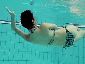 Provocative honey eliminates her swimsuit and supplies an underwater flash