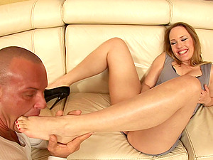Blonde sweetheart is blessed to spread her gams for acock