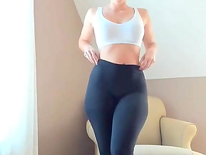 Hot Girl goes on webcam and show her sexy bubble butt in leggings