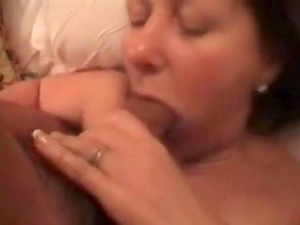 Drunken milf gets an awesome mouth fuck by her lover on bed.