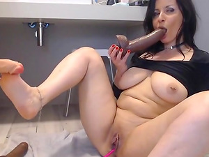 Hot Girl seducing 2 holes and squirts live on webcam
