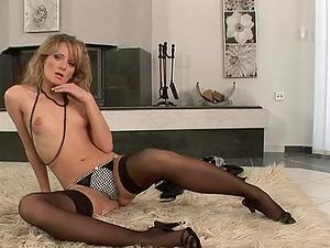 Hottie Petra Pearl pleasures herself