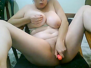 Horny mature with big tits masturbates and fucked her pussy
