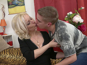 Experienced lady Brenda B. loves seducing young studs