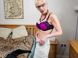 Mature amateur British granny Elaine masturbates in a hotel