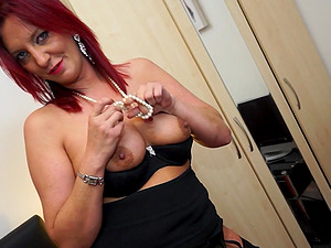 Redhead mature amateur BRitish MILF babe Francesca shows off her ass