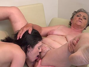 Anika C. gets her hairy mature pussy licked by Jana W.