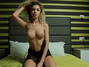 Delicate blonde Shumina exposing her body