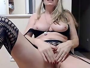 Lovely milf fingering that good pussy live on webcam