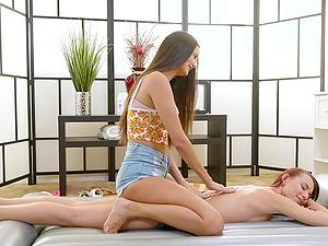 Slender tall lesbians Aidra Fox and Eliza Ibarra pussy licking