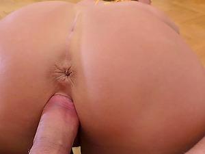Bombshell MILF Lara bounces her round ass on a big dick