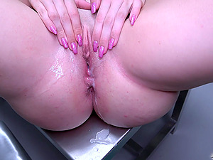 Kizzy Sixx likes to scream on the desk during a wild and hard sex