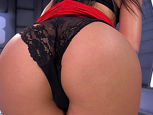 Gina Valentina is ready to reach an orgasm using the sex machine